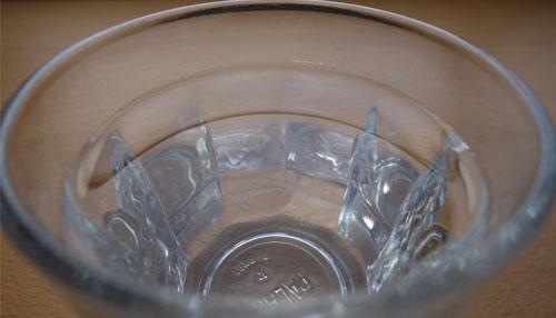 温泉水99をコップに注ぎました
